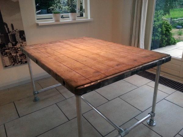 Industrieel steenschot tafel met steigerbuis onderstel for Tafel van steenschotten