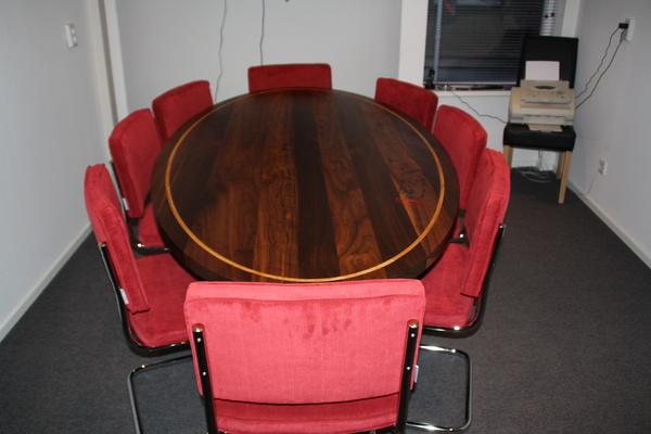Eetkamer Verkopen : Opvallen met een tafel met uw eigen bedrijfslogo ...